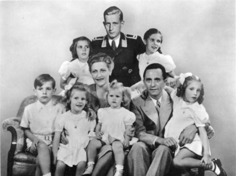 Η Οικογένεια Γκέμπελς, με τον θετό γιό του Harald Quandt ένστολο Ες-Ες