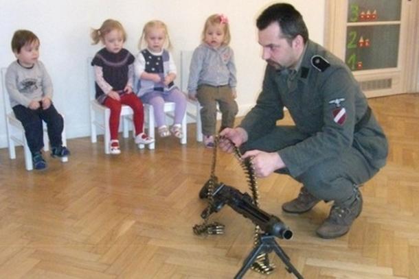 Ο τύπος φορά στολή Λετονού Ες-Ες, και κάνει επίδειξη πολυβόλου σε... νήπια !!!