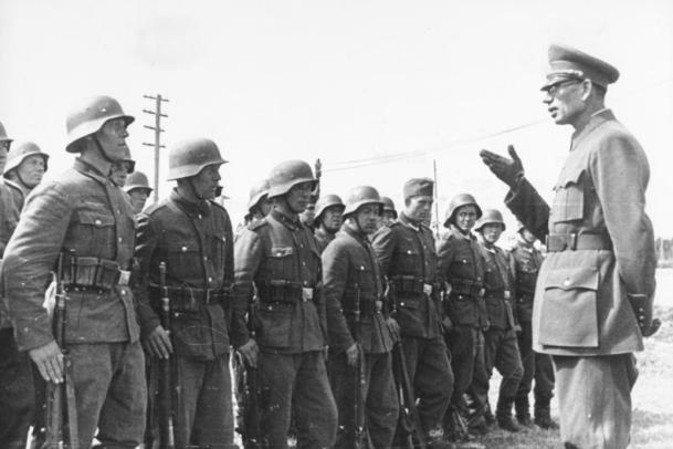 Γερμανο-ντυμένοι Ρώοοι (δεξιά ο δοσίλογος στρατηγός Βλασόφ)